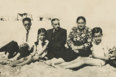 Com os pais [Leonel e Ana Joaquina] e os irmãos [Manuel e Irene], na praia da Foz do Douro [Porto], no princípio da década de 40.